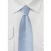 Isblåt silkeslips og hvid skjorte