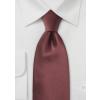 Kastaniefarvet silkeslips og hvid skjorte