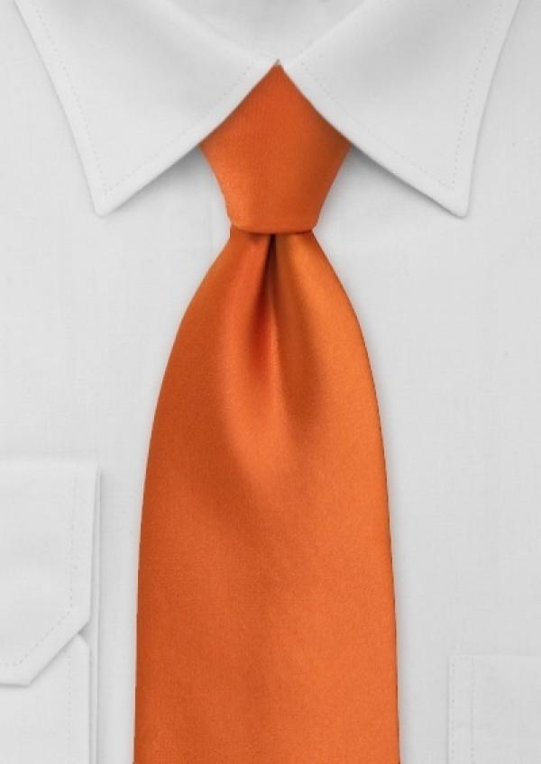 orange slips og hvid skjorte
