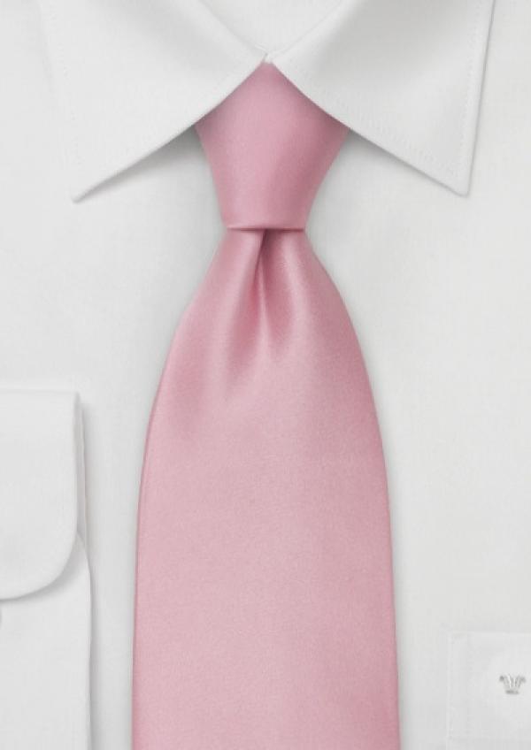 lyserødt silkeslips og hvid skjorte